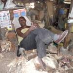 W drodze do Mombasy, pokazano nam małą pracownię rękodzieła pamiątek. Z kawałka drewna z pomocą kilku prostych narzędzi rodzą się słonie, małpki, żyrafy, figurki Masajów i inne przedmioty dla turystów. Sjesta w godzinach pracy, to nic nadzwyczajnego
