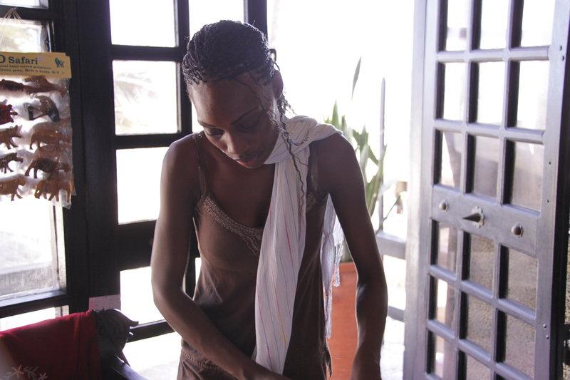Plaża przy Kenya Bay. Beach Hotel, Mombasa. W pobliżu hoteli jest też elegancka galeria. To w niej można było kupić afrykańską biżuterię z tutejszymi perłami.