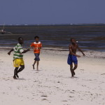 Mali Kenijczycy grają nad morzem w piłkę