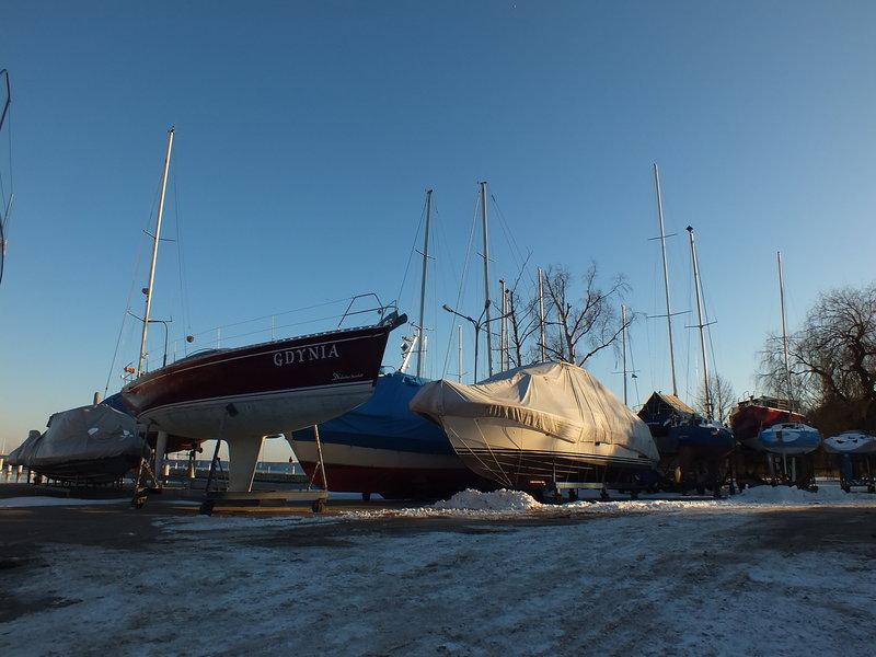 część nabrzeża od strony Sopotu, jacht o imieniu Gdynia, a 10 lutego jest jest rocznica zaślubin z morzem.