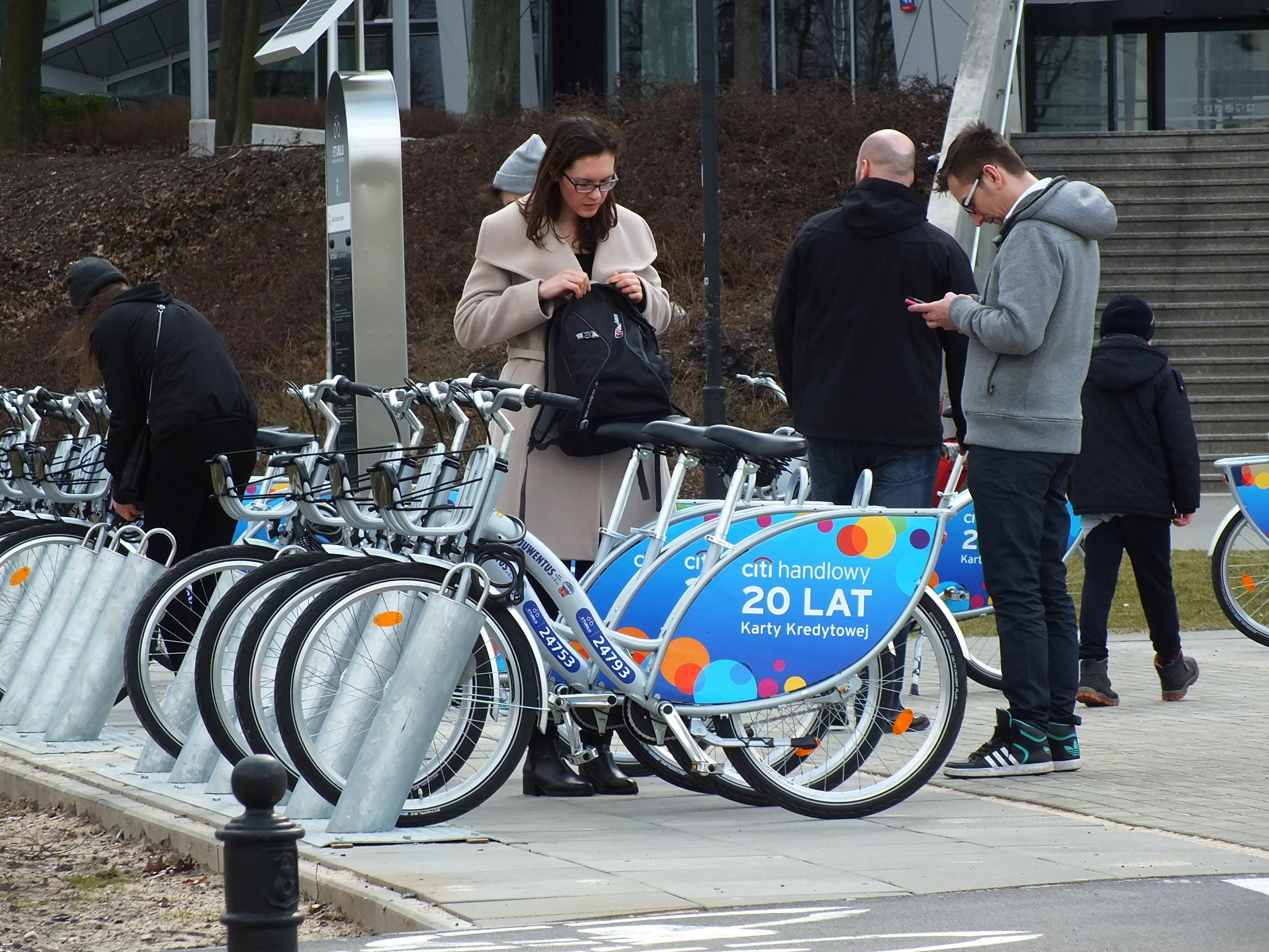 Słomińskiego w Warszawie. Stacja rowerów Veturilo. Zaczął się ruch. Idzie wiosna!