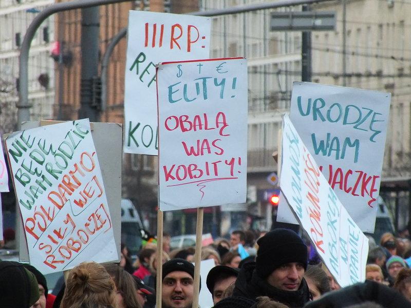 To ważna data. Wielotysięczne protesty kobiet – uliczne marsze, strajki i demonstracje przed instytucjami publicznymi – odbywały si ę w ponad 50 krajach. W Tajlandii, Australii, Irlandii, Brazylii, Argentynie i Peru, w kilkudziesięciu miastach amerykańskich, a przede wszystkim – dla nas przede wszystkim – w Polsce. Chodzi w nich o to, żeby kobiety traktowano na równi z mężczyznami. I żeby i m.in. mężczyźni nie decydowali o nich bez nich!