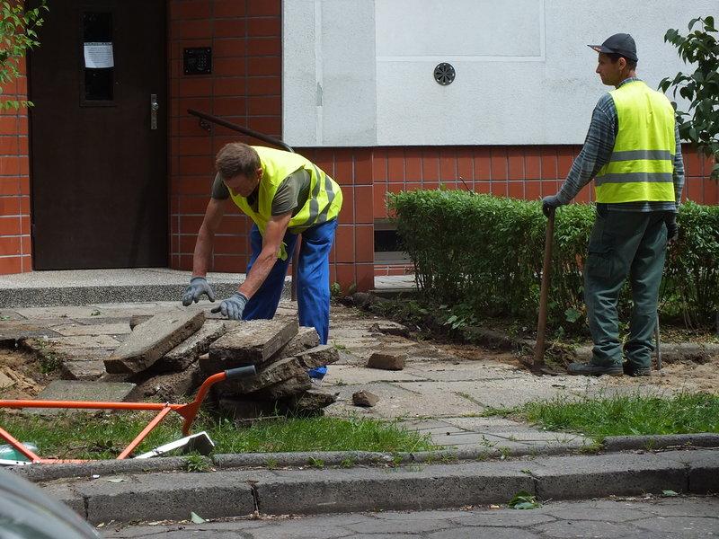 Na Iwickiej , na Dolnym Mokotowie w Warszawie kładą nowe chodniki
