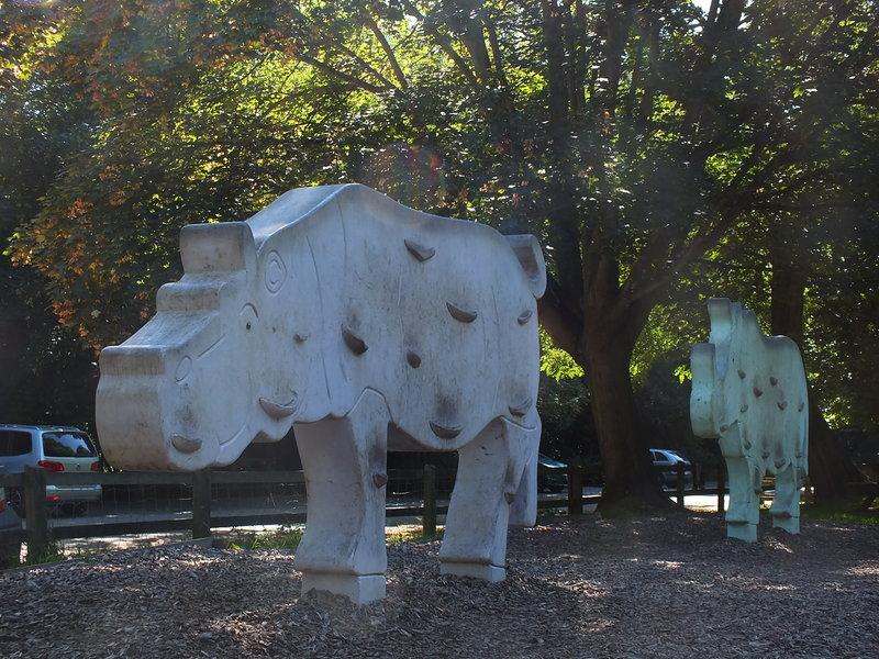 Poranny spacer po parku w Daventry wokół zbiornika wodnego. Na placu zabaw hipopotam i nosorożec, na które dzieciaki mogą się wspinać.