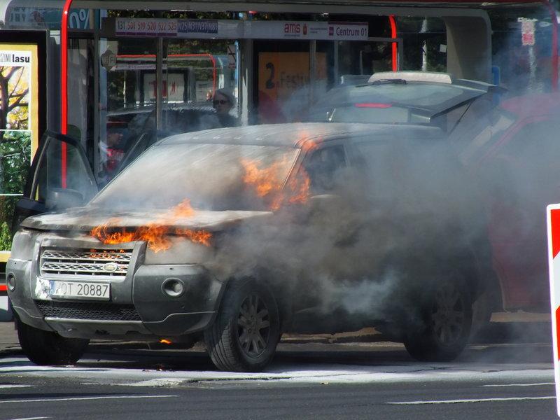 Koło godziny 11 na ulicy Marszałkowskiej (w Warszawie – przecież nie każdy musi wiedzieć, gdzie jest Marszałkowska), w okolicy Nowogrodzkiej pali się samochód. Ojej! Dużo dymu z ogniem!