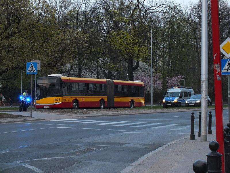 """To nie jest częsty widok. Pusty miejski autobus, przed nim motocykl z napisem """"nadzór ruchu"""", a za nim samochód policji. Jeden i drugi z błękitnym migającym światłem na dachu. Facet w cywilu musiał przyjechać na motorze """"nadzoru ruchu"""". Gdzie jest kierowca? Był pijany? Dostał zawału za kierownicą? Na autobusie nie widać żadnych oznak zderzenia, zresztą nie ma drugiego uczestnika ruchu, potencjalnego uczestnika kolizji czy wypadku. Ani potłuczonego szkła. Potrącenie przechodnia? Nie wiem. Na szczęście nigdzie nie ma krwi ani śladów gwałtownego hamowania. Ot, zagadka."""