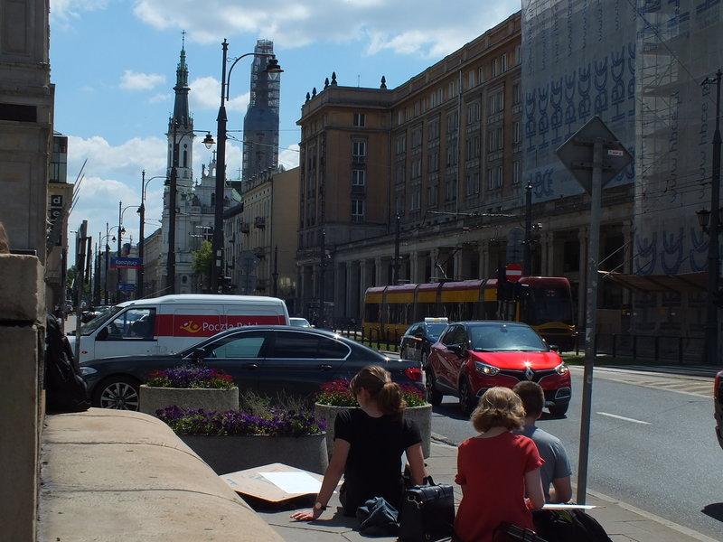 Look na plac Hipstera Placowi Zbawiciela w klinie ulic Marszałkowskiej i Mokotowskiej w Warszawie urody dodaje rotundowy kształt i kościół Najświętszego Zbawiciela. Piszę, gdzie ten plac jest, bo przecież to nie jest tak oczywiste jak to, że Rynek Główny z Sukiennicami i kościołem Mariackim jest w Krakowie. Wyjątkowości placu nie widać od tej strony. Dlaczego więc z tej perspektywy młodzi adepci sztuk plastycznych go rysują? Bo mieli gdzie usiąść?